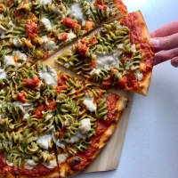 Pesto Pasta Pizza (vegan)